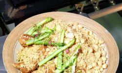 Aprenda a receita de arroz de costela suína com aspargos e farofa de macadâmia